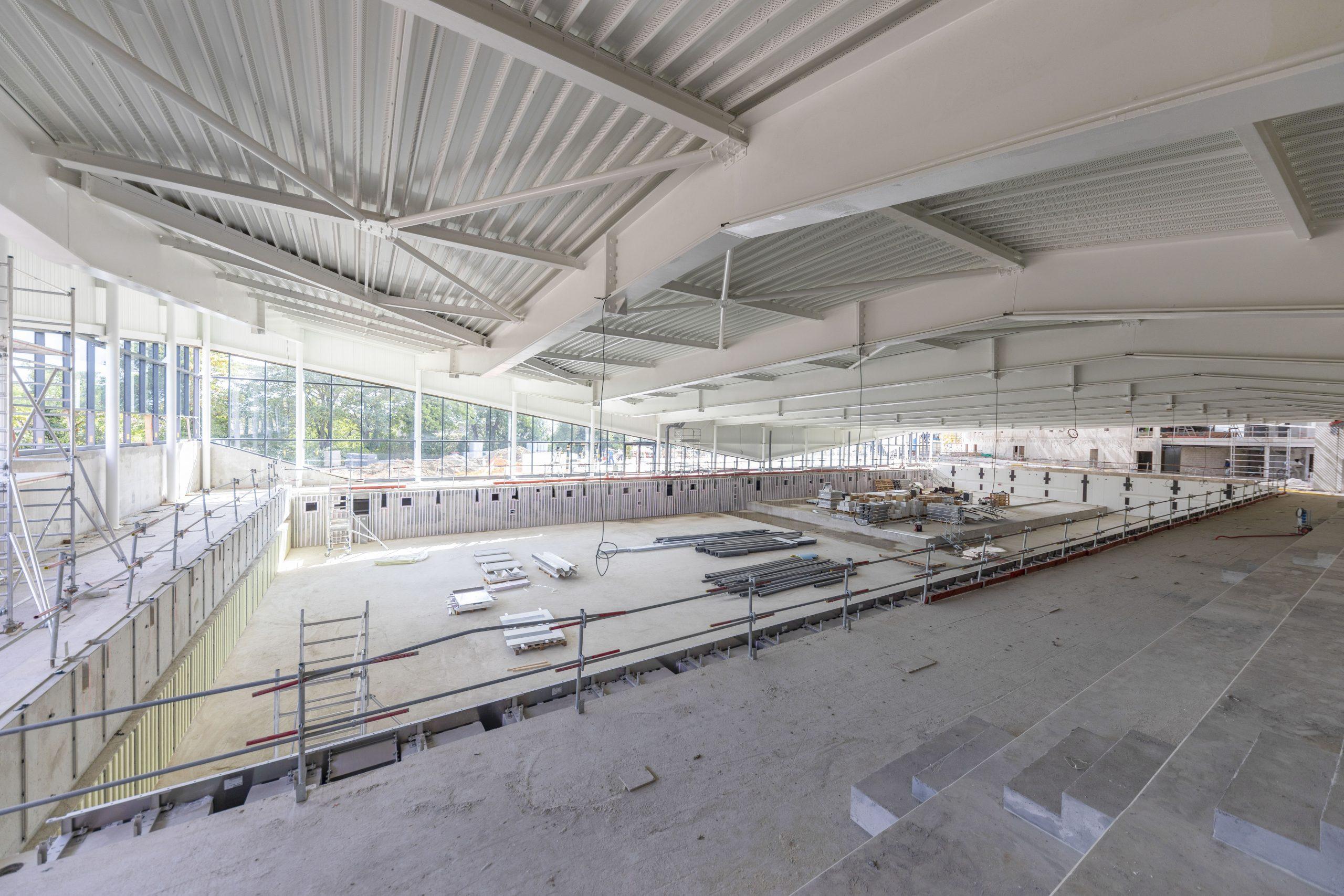 Vue sur le bassin olympique et ses gradins de 300 places